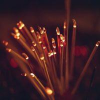 Duftlampen und Räucherstäbchen